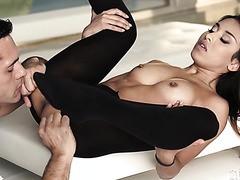 Roxy Lips bekommt ihr russisches Mulatte-Hintern-Loch mit Schwanz gefüllt