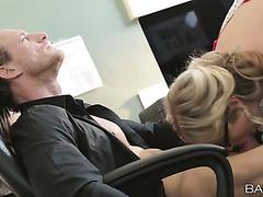 Blonde Sekretärin Karla Kush kann nichts tun, außer ihren Boss zu ficken