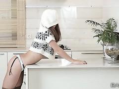 Lili ein schlankes Mädchen in sexy Dessous masturbiert in einer Küche