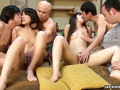 Orgie mit vier japanischen Huren, die zertrümmert und mit Sahne gefüllt werden