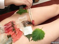 Tachiki Yui serviert ihren Kollegen im Büro Sashimi auf ihrem nackten Körper