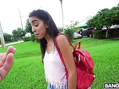 Junge Latina Claire Black hüpft im Bangbus, um geschwärzt zu werden