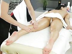 Geschickter Masseur macht ein Mädchen geil und fickt sie auf einem Massagetisch