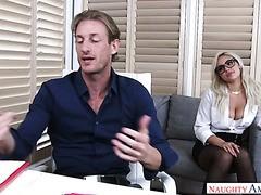 Kylie Page fickt ihren Chef im Büro, um sich dafür zu entschuldigen, ein böses Mädchen zu sein
