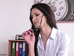 Die vollbusige langbeinige brünette Diva Sassy Meli macht Liebe auf weißen Laken