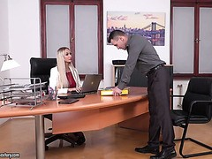 Russische Chefin Lara Onyx wird von zwei Angestellten doppelt gefickt