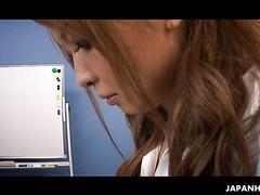 Büromädchen Naami Hasegawa macht ihrem Chef eine Tasse Spritzer
