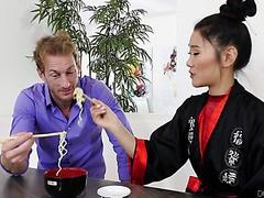 Asiatisches Babe Katana wird von einem weißen Jungen in ihre rasierte Muschi gefickt