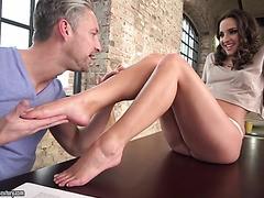 Amirah Adara bekommt ihren großen saftigen Arsch hart geschraubt