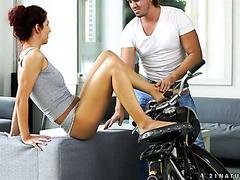 Shona River neckt einen Biker mit ihren sexy Füßen und reitet ihn auf einem Tisch