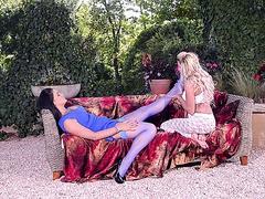 Füße lecken Leistung von zwei kurvenreichen Sexgöttinnen