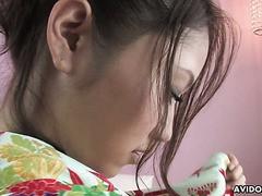 Geisha Iori Mizuki bedient ihn mit ihrer zierlichen behaarten Muschi