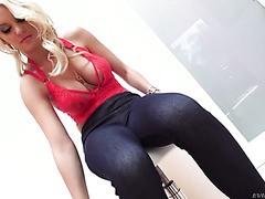 Footjob-Fetischist leckt Kenzie Taylors Füße und isst ihre Muschi