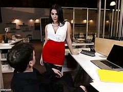 Dude leckt Valentina Nappis Füße und pflügt ihre behaarte Muschi im Büro