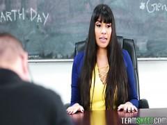 MILF-Lehrerin Mercedes Carrera gibt perversen Schüler was er will