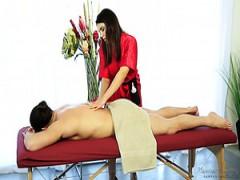 Stacey Leann massiert den verletzten Stiefbruder und lutscht dann seinen Schwanz ab