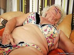 Die alte Oma Norma nimmt es in ihre grauhaarige Muschi