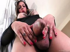 Transen Fernanda Khelher masturbiert in solo video