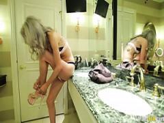 Sexy blonde Transsexuelle Samantha E gibt Kopf und bekommt blasen