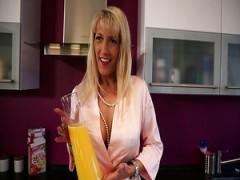 Deutsche vollbusige Hausfrau Lana Vegas grüßt stud mit einem tollen titjob
