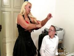 Perfekt kurvige MILF Nina Elle macht Ihre sexy Beute und große Titten