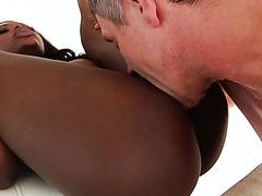Noemie Bilas, freches Ebenholz-Teen, bekommt ihr Arschloch Power gefickt