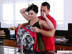 Whitney Wright Rollen in Mehl und fickt einen verheirateten Kerl in der Küche
