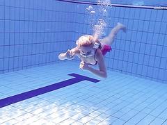 Spielerische Blondine schwimmt nackt im Olympischen pool