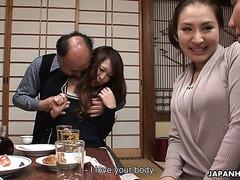 Nachbarn ficken nach dem Abendessen die reifen japanischen Hurenfrauen des anderen