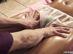 Ein Physiotherapeut gibt der Schwanz einer blonde asiatischen Airi Tachibana