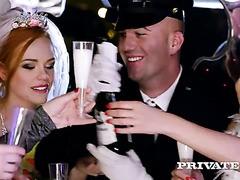 Eine Braut und Ihre Brautjungfern get wild in einer Limousine mit einem glücklichen Treiber