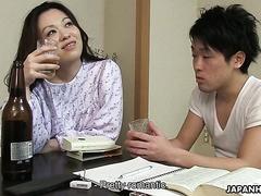 Asiatisch MILF Arisa Suzuhusa bekommt er haarige squirt Fotze schlug hart