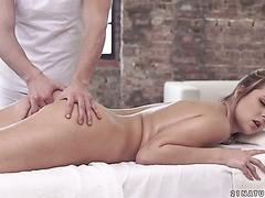 Nikky Dream willigt am Ende einer Massage zum Analsex ein