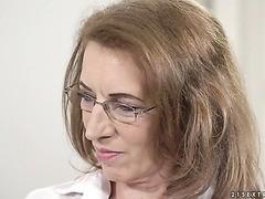 Oma-Psychologin Viola schließt sich mit junger Patientin zusammen