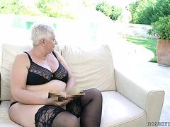 Sexy rothaarige Luder Ornella Morgan hat eine lesbische Affäre mit der vollbusigen Oma Franny