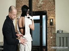 Wunderschöne Hündin in der Maske Anita macht anale Liebe mit einem kahlen Kerl