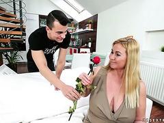 Der junge Mann bringt Pam eine Rose und wird mit ihrer alten Muschi belohnt