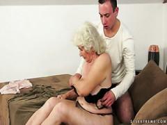 Die geile Oma mit den schlaffen Brüsten Norma bekommt ein fantastisches Lecken der Muschi