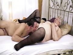 Klobige reife blonde Hure in schwarzen Strumpfhosen Astrid gibt ganz nette blasen