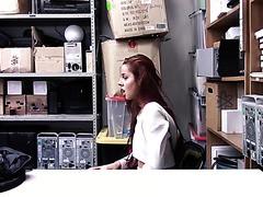 Die Rothaarige Vanna Bardot wird im Laden von einem geilen Sicherheitsmann beim Webcammen erwischt
