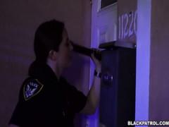 Kaukasischen Polizisten ficken schwarze scofflaw in flotter Dreier