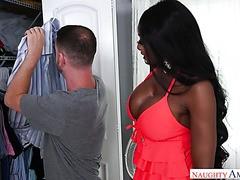Weißer Kerl fickt die erstaunliche Ebenholzmutter Diamond Jackson eines Freundes