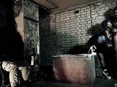 Ebenholz und Elfenbein Maisie Rain & Kiki Minaj machen lesbische Sachen im Keller
