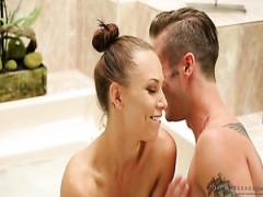 Vollbusige Mädchen Aidra Fox ist für erotische massage und heiße fick