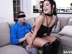 Erfahrene MILF Katrina Jade gibt einen Lapdance vor wildem Sex