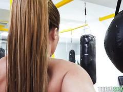 Die große, starke MILF Richelle Ryan fickt den Boxtrainer, weil er ihn umgehauen hat