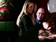Die vollbusige, blonde MILF Jessica Drake fickt einen Typen in einem Badezimmer