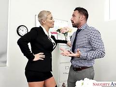 Der reife, kurvige Ryan Keely möchte, dass ein Muskelangestellter sie im Büro belästigt