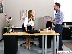 Der verheiratete Chef fickt seine 21-jährige Praktikantin Jill Cassidy in seinem Büro