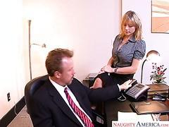 Die Sekretärin hilft ihrem Chef, mit ihren riesigen Titten und ihrer Muschi Stress abzubauen